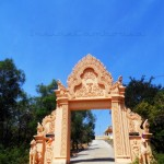 The entrance to Wat Leu is guarded by these two solar lions.